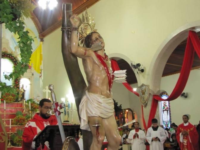 Fiéis lotam Matriz de Cruzília no encerramento da festa do Padroeiro São Sebastião e subida da imagem do Mártir.