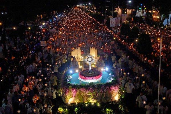 Congresso Eucarístico: Milhões de fiéis nas Filipinas se reúnem na maior procissão eucarística da história