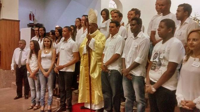 Paróquia do Mártir: Dom Pedro crisma jovens e adultos em Varginha(MG)