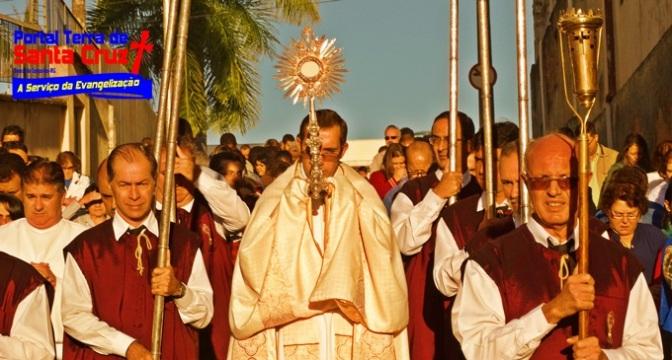 Fé e Oração: Fiéis celebram o Corpo e Sangue de Cristo em Campanha/MG
